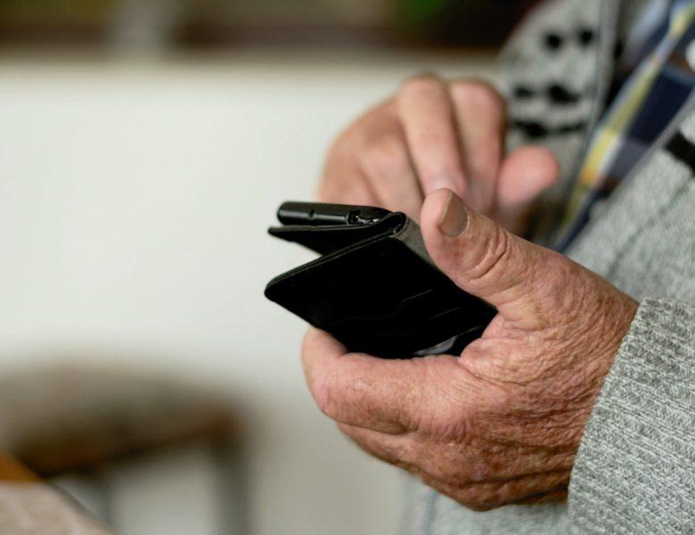 Como usar a tecnologia para manter os idosos ocupados na quarentena